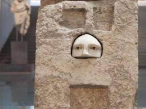 Una tavoletta dedicata al dio Asclepio dopo l'avvenuta guarigione di una malattia al viso