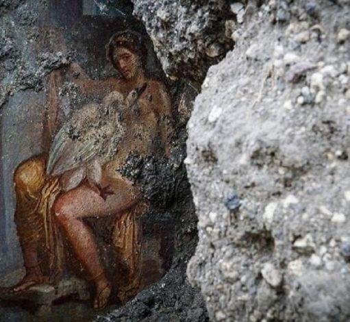 presso gli scavi di Pompei è stata fatta un'altra importante scoperta pittorica. Infatti, gli archeologi hanno riportato alla luce un affresco sensuale che raffigura Leda, regina di Sparta e moglie di re Tindaro, ingravidata da un cigno. Secondo la mitologia, come narrato anche nelle Metamorfosi di Ovidio, quest'ultimo era lo stesso Giove. Infatti, il padre degli dei, dopo averla stordita con il profumo dell'ambrosia, aveva assunto le sembianze di un cigno, per accoppiarsi con lei sulle rive del fiume Eurota.