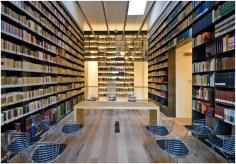 La ricca Biblioteca della Domus Mazziniana, con circa 40mila volumi, che si disloca tra il piano terra e il primo piano.