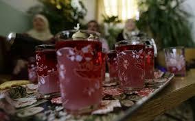 """© AFP / LOUAI BESHARA """"De l'eau de rose fabriquée à partir de la rose de Damas servie à el-Mrah, près de la capitale syrienne, le 11 mai 2016 """""""