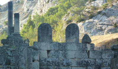 glanum-curved-stones
