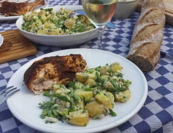 Aardappelsalade met groene asperges en verse kruiden