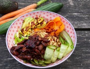 Poké bowl, bereidt met kip