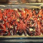 In de oven totdat de paprika's zwart geblakerd zijn