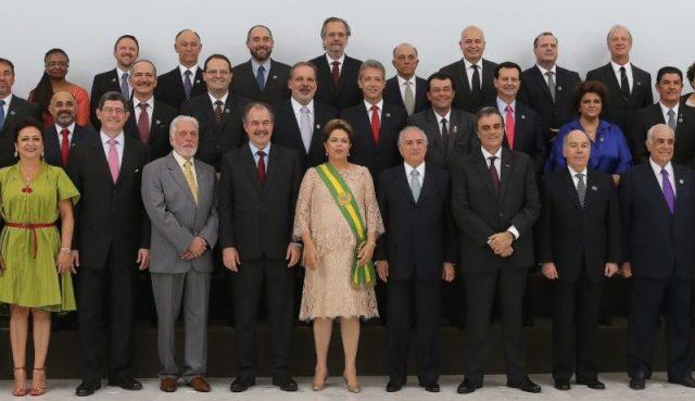 1jan2014---a-presidente-dilma-rousseff-posa-para-foto-oficial-com-seus-ministros-logo-apos-cerimonia-de-posse-no-palacio-do-planalto-em-brasilia-nesta-quinta-feira-1-1420148219991_956x551