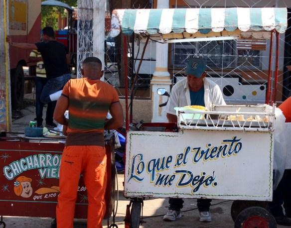 Puesto de venta ambulante en Cuba.