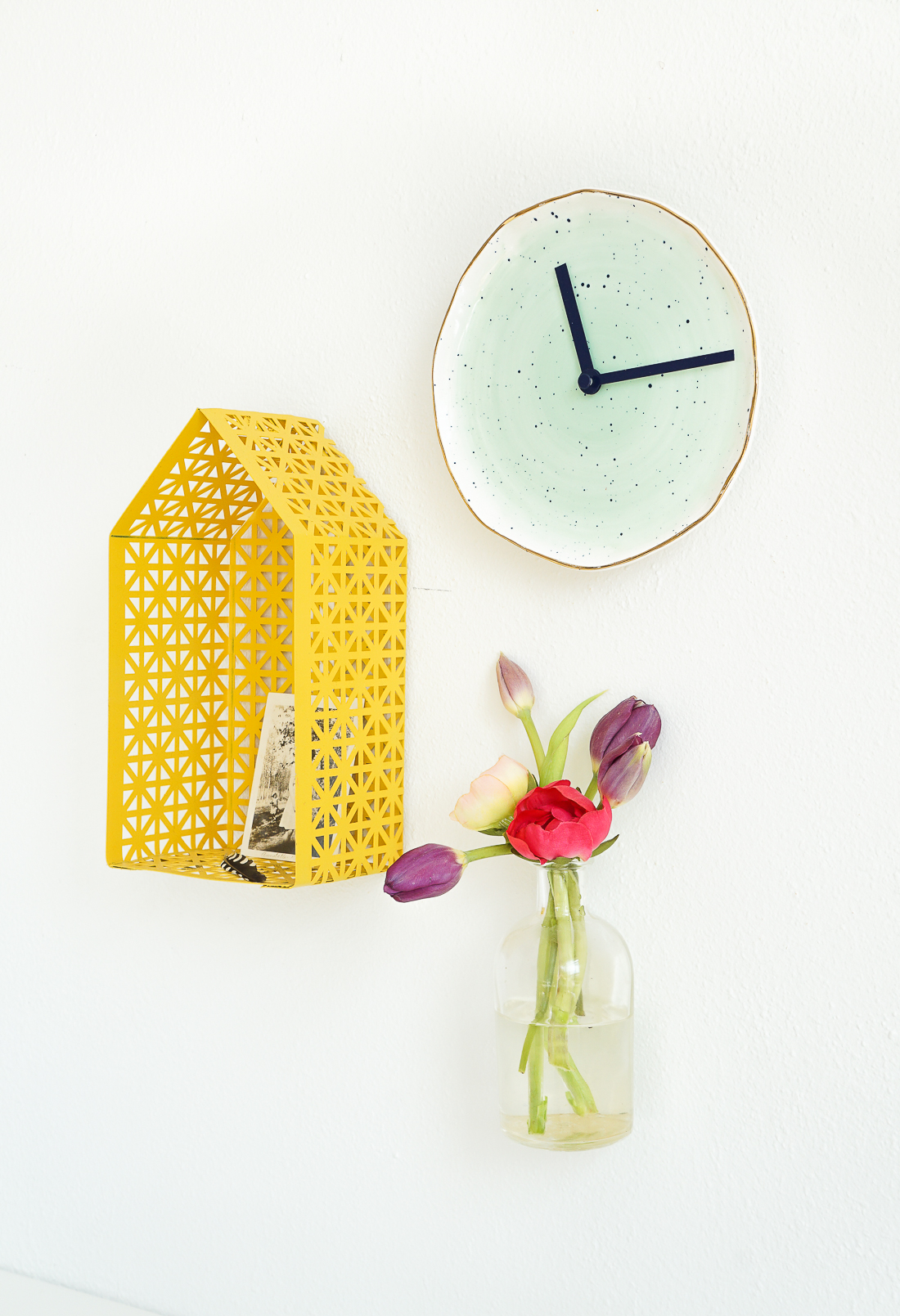 Turn a pretty piece of pottery into a plate clock for the wall! Click through for details.