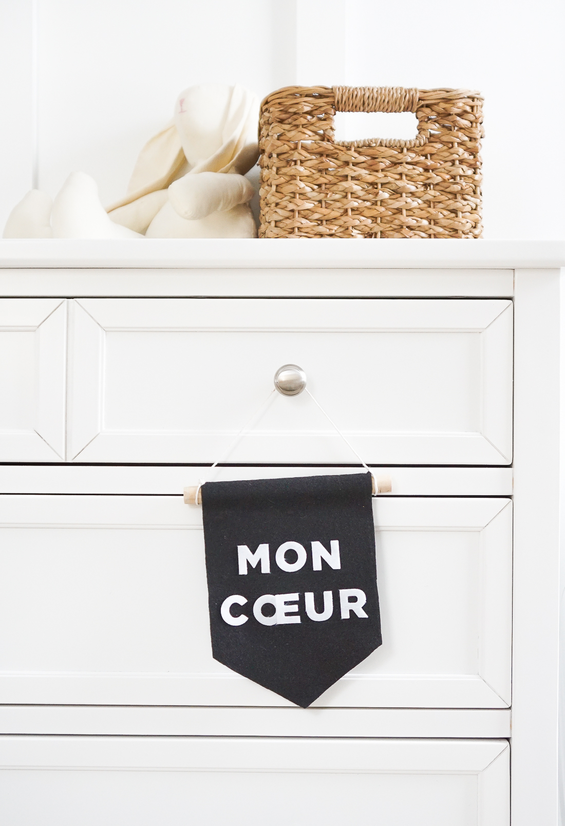 Follow our 1 minute video tutorial to create this mini felt message banner for your office, nursery, or just about anywhere. Click for the video!