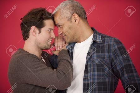 12632924-heureux-couple-gay-dans-l-amour-sur-fond-rouge-banque-dimages
