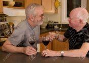 6372319-mature-couple-gay-mari-s-ayant-vin-et-montrant-affection-banque-dimages