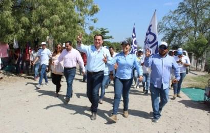 Gerardo Peña camina con Sonia en la Anáhuac Uno