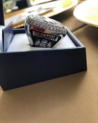 IDE-016-2020.-Recibe tamaulipeco Oscar Valenzuela anillo de campeón con Kansas Royals (2)