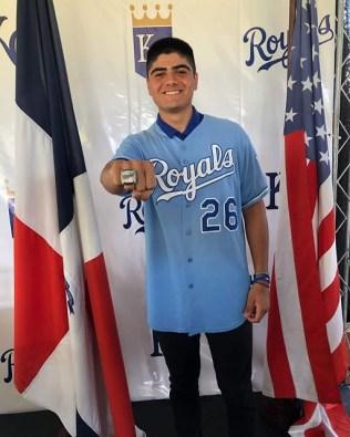 IDE-016-2020.-Recibe tamaulipeco Oscar Valenzuela anillo de campeón con Kansas Royals (3)
