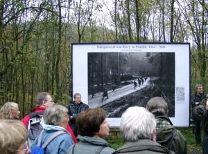 Foto: Besucher vor großer Fototafel