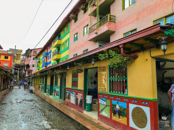 calles coloridas de guatape colombia