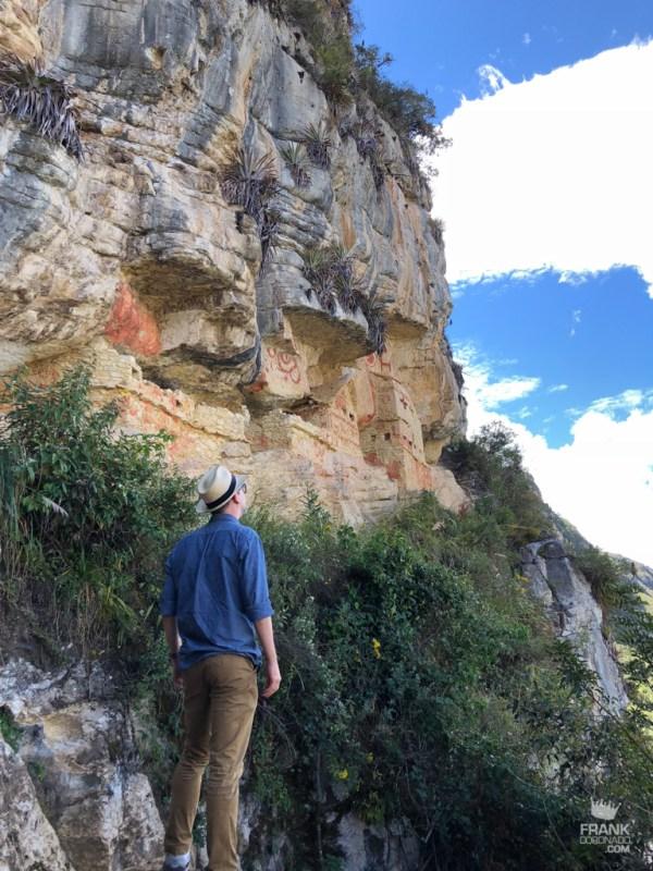 vista inferior de los ausoleos de revash chachapoyas