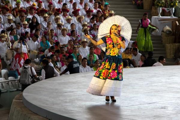 mujer tehuana cantando en la guelaguetza