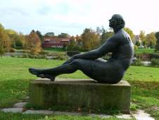 Große Sitzende - Bronzestatue von Margret Middell am Schwanenteich in Rostock (c) FRank Koebsch