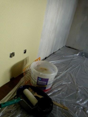 Die ersten Tapeten bringen wieder Farbe ins Atelier (c) Frank Koebsch