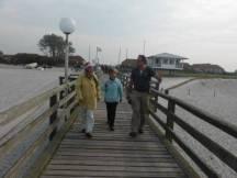 Frank Koebsch mit Malschülern auf der Seebrücke Rerik (c) Gerda Brüggemann