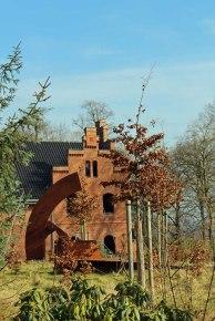 Skulptur vor Backstein im Schlosspark Wiligrad (c) FRank Koebsch