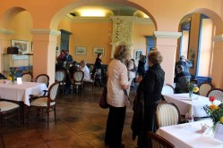 Anregete Gespräche in der Ausstellung von Hanka u Frank Koebsch im Schloß Griebenow (3)