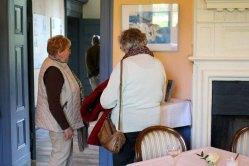 Anregete Gespräche in der Ausstellung von Hanka u Frank Koebsch im Schloß Griebenow (4)