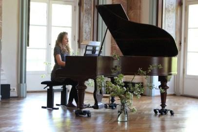 Clara Bartels spielt die Prelude Nr. 18, f-moll von Frederyk Chopin bei unserer Ausstellung im Schloß Griebenow (c) Frank Koebsch
