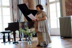 Frau Marina Girod kündigt ihre Musikschüler bei unserer Ausstellung im Schloß Griebenow an (c) Frank Koebsch