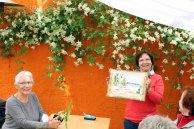 Gudrun ist stolz auf ihr Aquarell (c) Frank Koebsch (2)