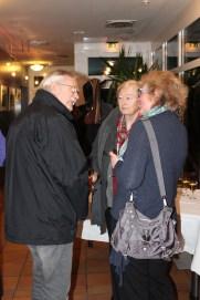 Besucher der Ausstellung im Gespräch mit Hanka Koebsch (c) Andrea Conteduca (1)