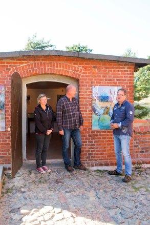 Maler Frank Koebsch mit Dr. Thomas Förster (r.), dem Leiter des NATUREUMs, und Cornelia Grabow vom Besucherservice. (Foto: Mike Peters/Deutsches Meeresmuseum)