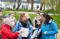 Frau Bülow, vom NDR Hörfunk interviewt Anke Gruss im Workshop Acryl Malerei (c) FRank Koebsch (2)
