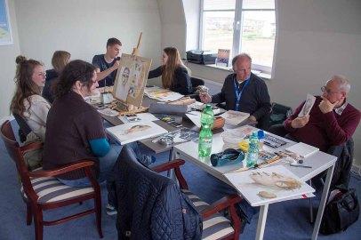 Bei Regen malten die Karikaturisten im Hafenhaus Kühlungsborn (c) FRank Koebsch (2)
