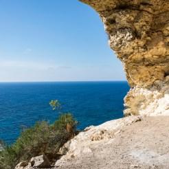 Blick von der Tal Mixta Cave auf das blaue Meer