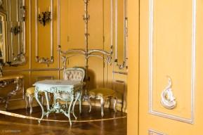 Blick in das gelb-versilberte Kabinett