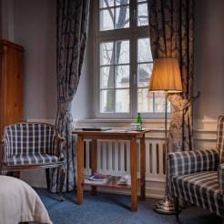 Ein Hotelzimmer im Schloss Lomnitz mit Blick auf das Große Schloss