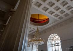 Kleine gelbe Glasfenster in der Kuppel bringen das Licht noch besser zur Geltung