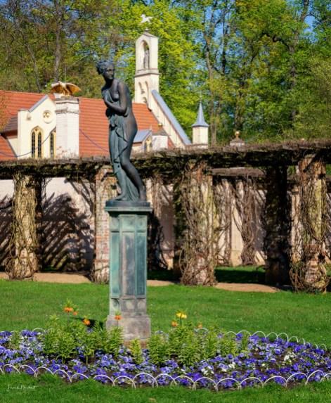 Im Pergolagarten auf der Ostseite des Schlosses steht die Figur der Venus, Göttin der Liebe und Schönheit