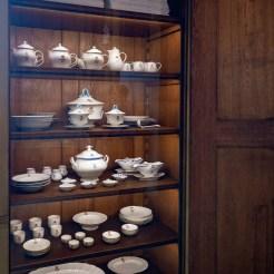 Die Vitrine im Anrichtezimmer ist erstmals wieder geöffnet und enthält das kaiserliche Porzellanservice. Natürlich aus der königlichen Porzellanmanufaktur in Berlin.