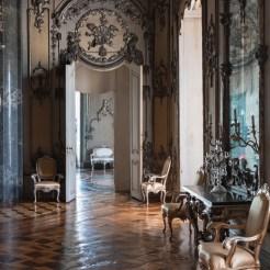 Vom Wohnzimmer Auguste Victorias geht es in den Silbersalon. Der Raum wurde von der Kaiserin als Empfangszimmer und privater Konzertraum genutzt. Durch die geöffnete Tür geht der Blick ins Frühstückszimmer