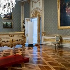 Rechts des Wohnzimmers der Kaiserin schließt sich das Arbeitszimmer Wilhelms II. Für die Ausstellung ist der neubarocke Schreibtisch aus den Niederlanden nach Potsdam zurückgekehrt