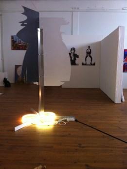 Silhouetten 1, 2013, Kontourplatten, Metall, Leuchtstoffringe, 140x140x220-300cm,