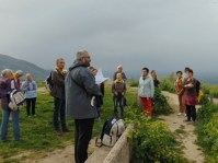 La Rocca, les pélerins decouvrent la ville d'Assise