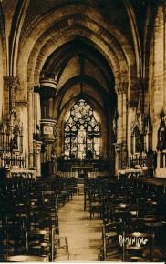 On aperçoit la Vierge Miraculeuse sur l'autel de gauche dans la nef.