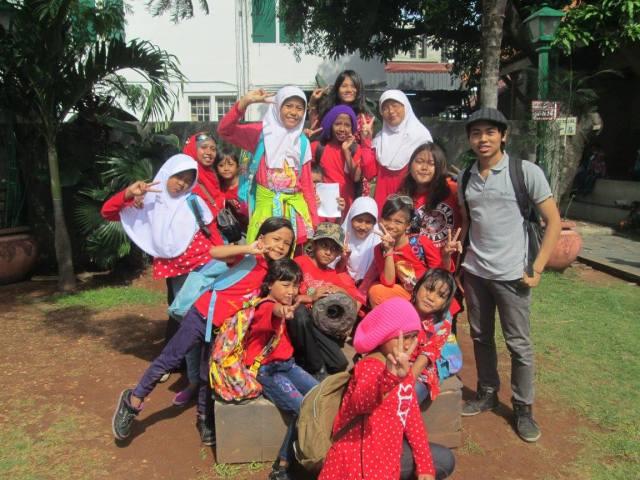 Fr.Yudhis bersama anak-anak sekolah Pelangi