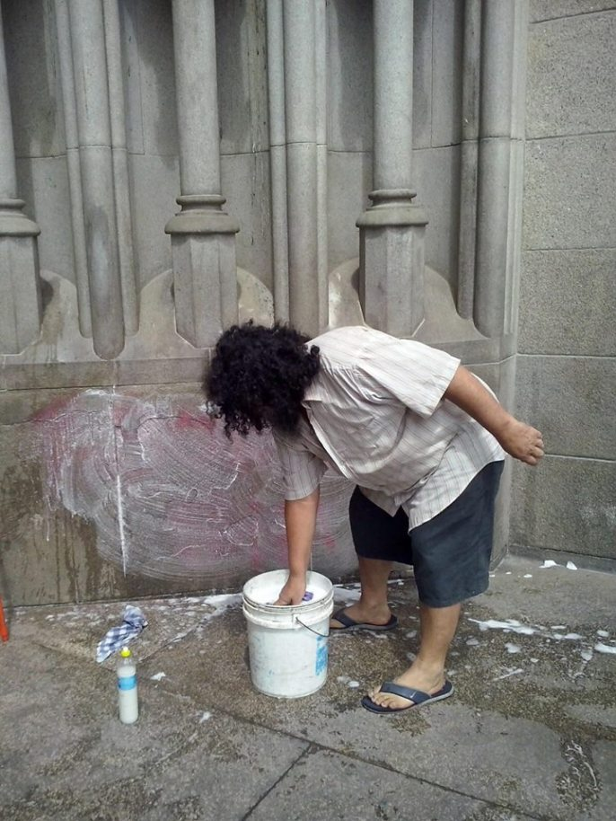 Morador de rua limpa Catedral da Sé.