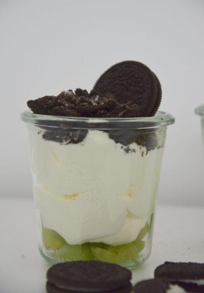 Dessert mit Mascarpone, Oreos und Trauben