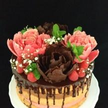 Naked Cake mit Himbeer- und Schokomousse, Schokoblüten und frischen Früchten