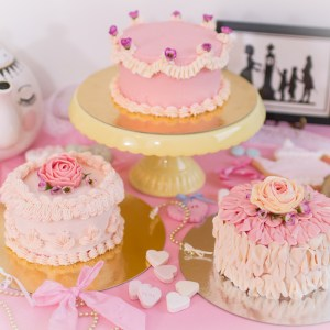 Torten verzieren anleitung, beispiele torten dekorieren, buttercreme torten verzieren